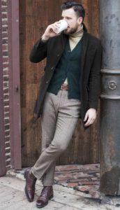 σκούρες καφέ oxford μπότες με smart-casual outfit