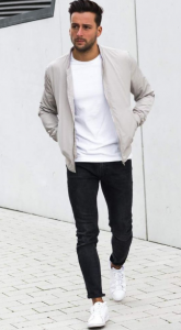 τζιν παντελόνι με λευκά sneakers