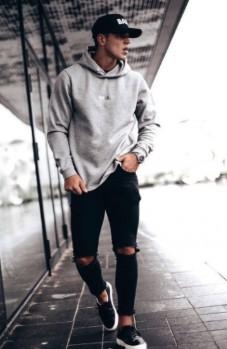 τζιν παντελόνι με μαύρα sneakers