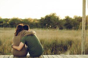 αγκαλιασμένο ζευγάρι