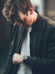 άντρας φοράει ρολόι κομψός casual ντύσιμο