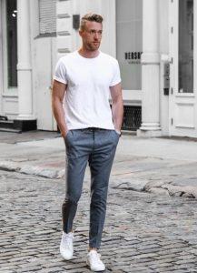 άσπρο tshirt chino γκρι παντελόνι