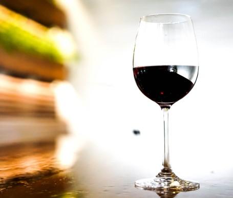 κατανάλωση κόκκινου κρασιού βοηθά στην καταπολέμηση του άγχους και της κατάθλιψης