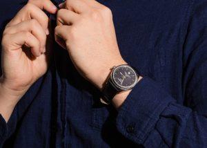 μαύρο ρολόι μπλε πουκάμισο