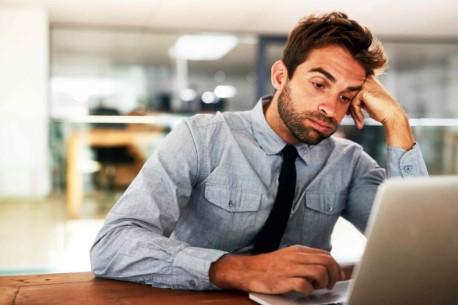 3 σημάδια που δείχνουν ότι πάσχεις από εργασιακό burnout