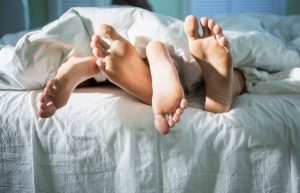 ζευγάρι στο κρεβάτι