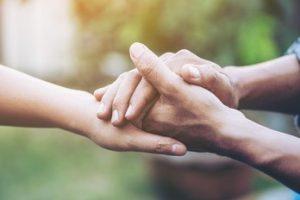 άντρας κρατάει το χέρι γυναίκας