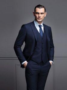 άντρας με εφαρμοστό κουστούμι