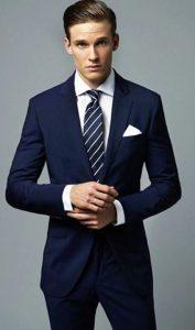 άντρας μπλε κουστούμι ριγέ γραβάτα άσπρο πουκάμισο