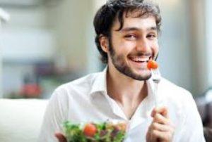 άντρας χαμόγελο υγιεινή διατροφή σαλάτα