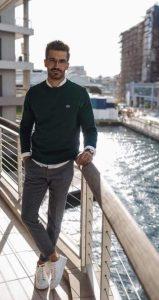 άσπρα sneakers πράσινο πουλόβερ παπούτσια business casual