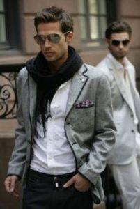 γκρι blazer άσπρο tshirt μαύρο κασκόλ