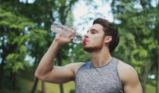μην πίνεις νερό από πλαστικά μπουκάλια