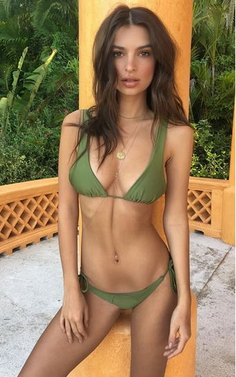 Emily Ratajkowski με πράσινο μαγιό