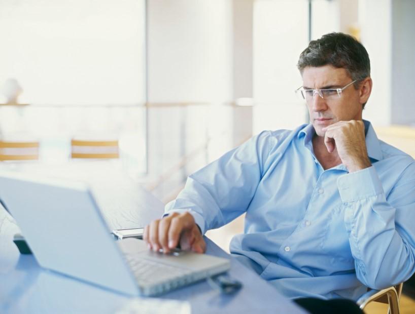 άνδρας στον υπολογιστή