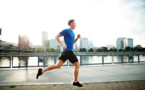 άντρας τρέχει στη πόλη