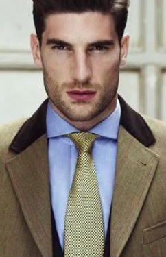 γαλάζιο πουκάμισο κίτρινη γραβάτα