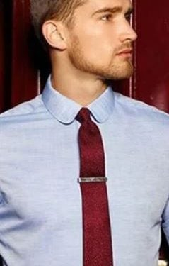 γαλάζιο πουκάμισο κόκκινη γραβάτα