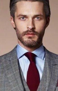 γαλάζιο πουκάμισο μπορντό γραβάτα