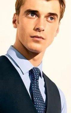 γαλάζιο πουκάμισο πουά μπλε γραβάτα