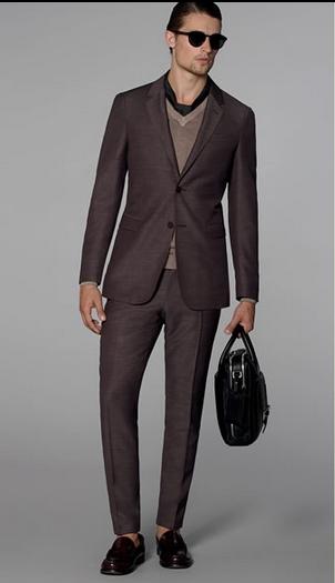 Γκρι κοστούμι με γκρι μπλούζα με λαιμόκοψη V