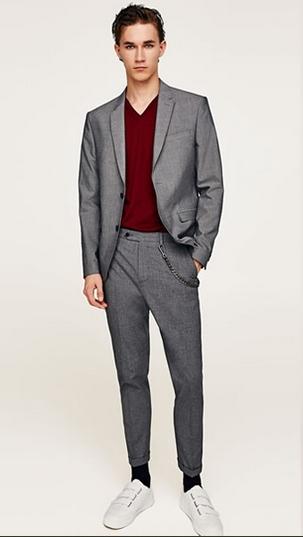 Γκρι κοστούμι με κόκκινη μπλούζα με λαιμόκοψη V