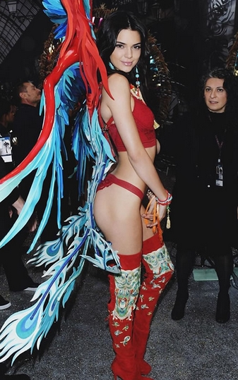 καυτή γυναίκα: Kendall Jenner με κόκκινα εσώρουχα