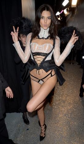 καυτή γυναίκα: Kendall Jenner με ροζ εσώρουχα