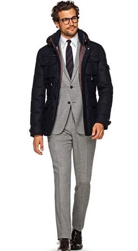 Γκρι κουστούμι και μπλε παλτό