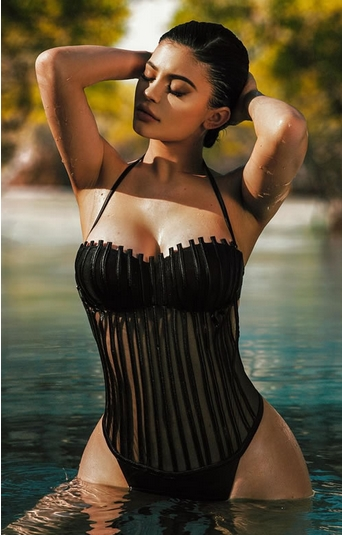 καυτές γυναίκες: Kylie Jenner με μαγιό