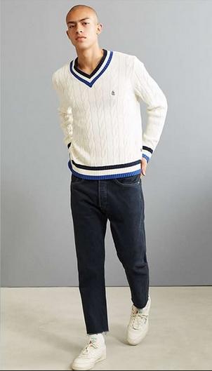 άσπρο πουλόβερ με λαιμόκοψη