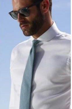 λευκό πουκάμισο γαλάζια γραβάτα