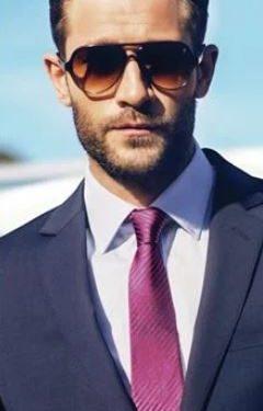 λευκό πουκάμισο μοβ έντονη γραβάτα