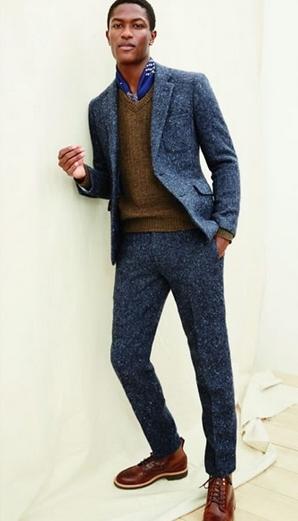Μπλε κοστούμι με καφέ πουλόβερ
