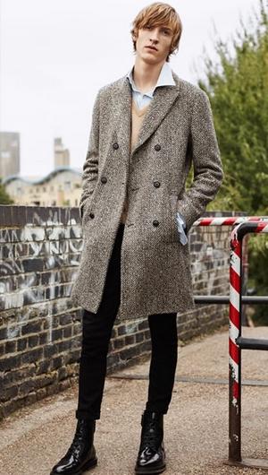 Καφέ πουλόβερ με γκρι παλτό