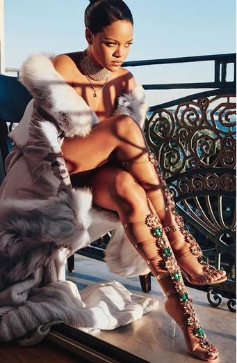 καυτές γυναίκες: rihanna με άσπρη γούνα