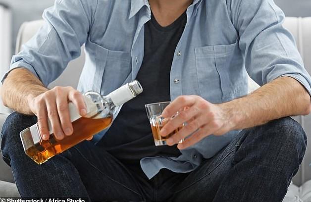 άνδρας βάζει ποτό