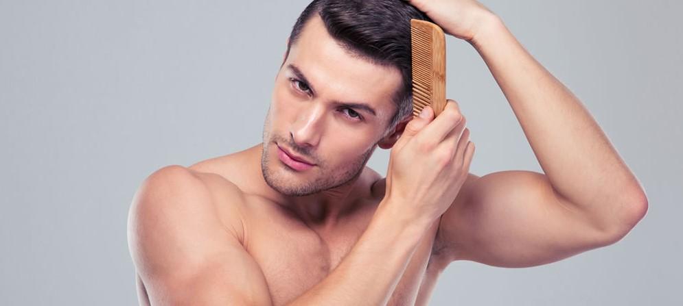 άνδρας χτενίζει τα υγιή μαλλιά του