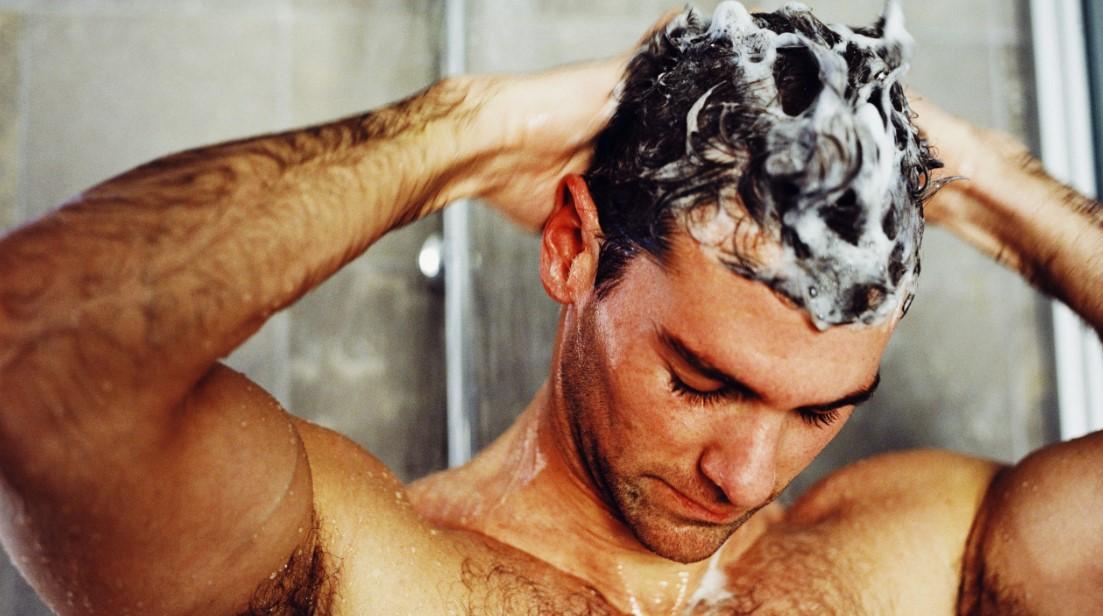 άντρας λούζει τα μαλλιά σαπουνάδα