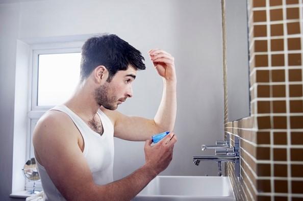άντρας βάζει ζελέ στο μαλλί του