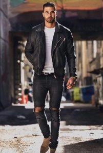 σκισμένα γκρι παντελόνι άσπρο μπλουζάκι μαύρο δερμάτινο μπουφάν