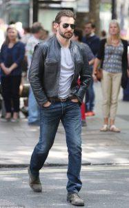 τζιν παντελόνι T-shirt δερμάτινο μπουφάν