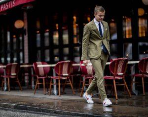 άντρας με κοστούμι και αθλητικά