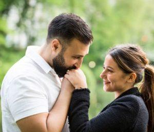 Άντρας φιλάει το χέρι γυναίκας