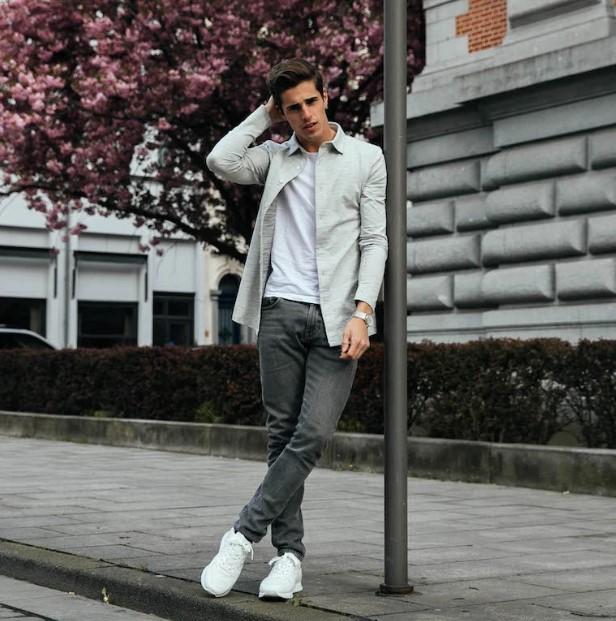 άντρας φοράει τζιν άσπρο T-shirt άσπρα sneakers