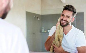 άντρας ξυρίζει γένια