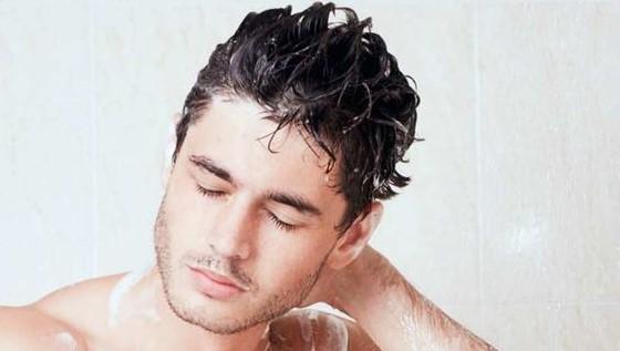 άντρας λούζει μαλλιά