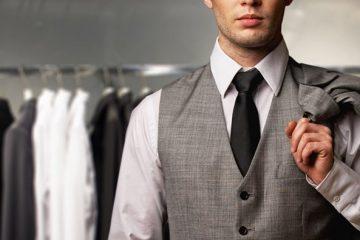 άντρας με γκρι κοστούμι