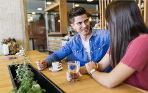 άντρας γυναίκα μιλάνε πίνουν καφέ πλησιάσεις κορίτσι