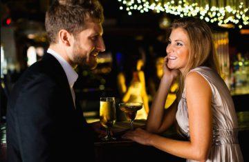 άντρας μιλάει με γυναίκα μπαρ πλησιάσεις κορίτσι
